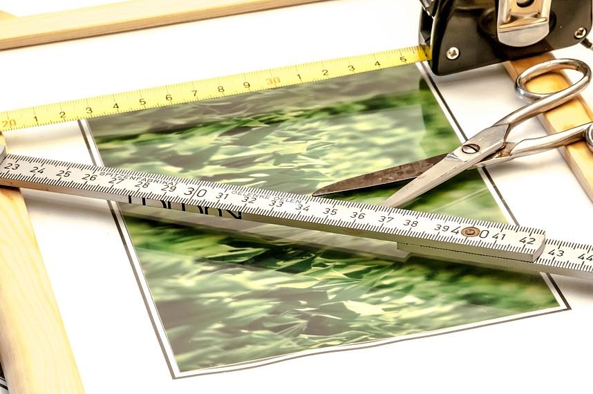 Bilder, Schere, Messwerkzeuge, um Bilder auf die richtigen Maße zu bringen