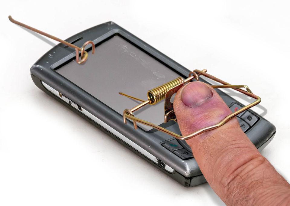 Finger gefangen in Smartphone-Mausefalle